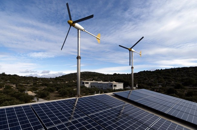 A hybrid energy system, utilizing numerous forms of renewable energy. PHOTO: Nenad Kajić, via Wikimedia Commons