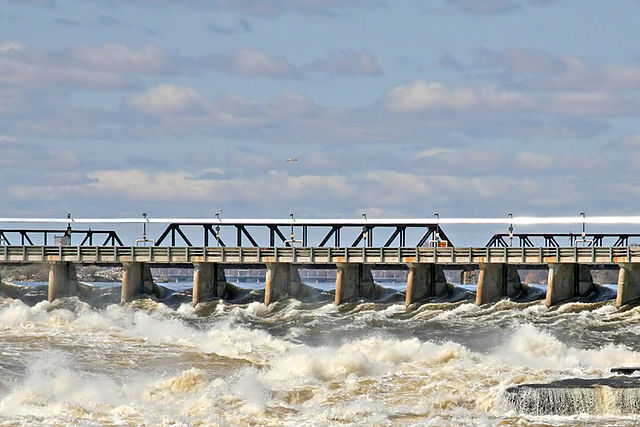 Hydro-Québec hydro station in Gatineau, Que. U.S. legislators are looking to the province's vast hydro reserves as they aim to eliminate carbon emissions. PHOTO: Pierre Tourigny, via Wikimedia Commons