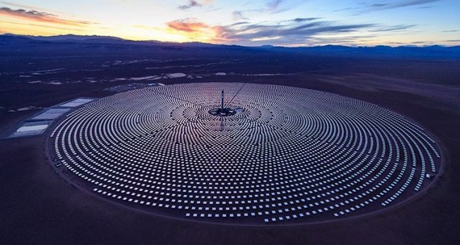 The Crescent Dunes solar project outside of Tonopah, Nev. The site uses a molten salt receiver and 10,347 heliostats. PHOTO: SolarReserve